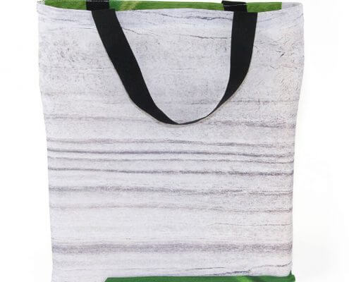 Eine Messewand kann zu einer Recycling Tasche in Form eines Jutebeutels genäht werden
