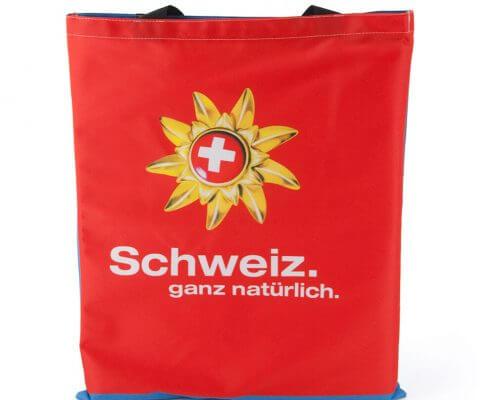 Ein Messewand-Bespannung eignet sich für eine Recycling Tasche in Form eines Jutebeutels.