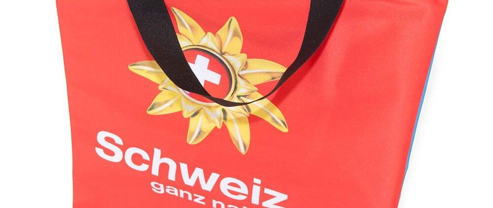 Eine Fahne wir zur Recycling Tasche