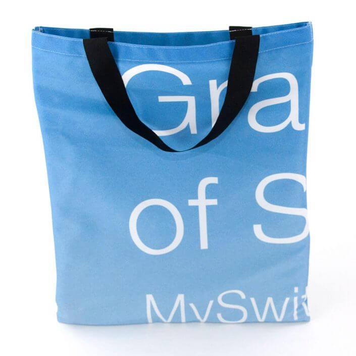 Eine Upcycling Tasche aus recyceltem Fahnenstoff