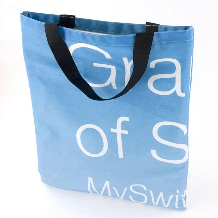 Eine Recycling Tasche aus wiederverwertetem Fahnenstoff