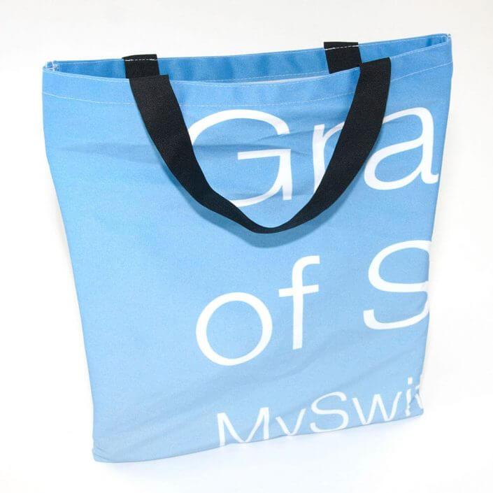 Eine Recycling Tasche aus wiederverwerteter Messebespannung