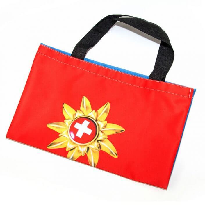 Die Recycling Tasche aus Fahnenstoff lässt sich gut falten.