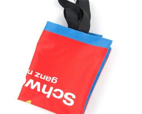 Die Recycling Tasche aus Messe-Banner lässt sich gut falten.