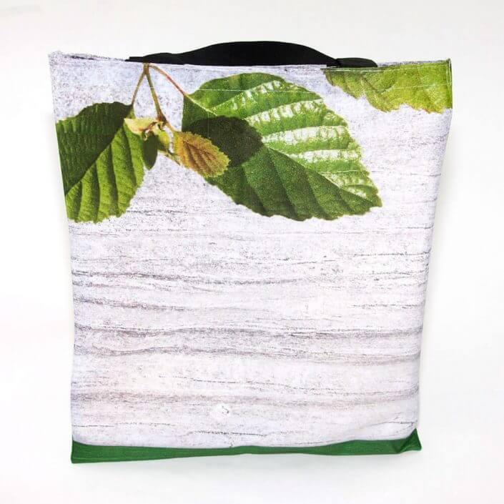 Eine Recycling Tasche aus Messewandbespannung
