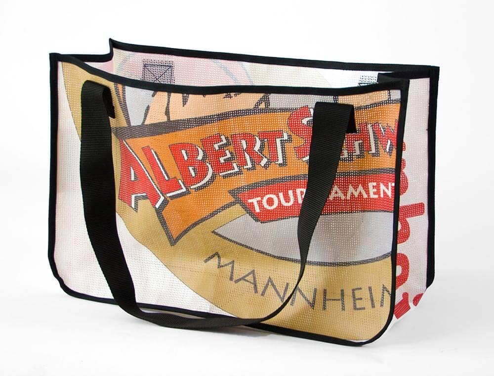 Albert Schweizer Turnier: ein Netzvinyl-Banner wird zur Upcycling bzw. Recycling Einkaufstasche