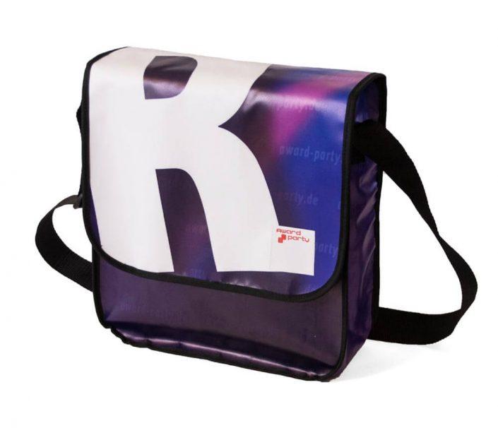 das R von 90er Party ziehrt den Deckel der Recycling Tasche