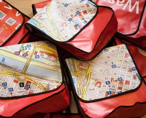 Die Upcycling Taschen etstanden aus einem Wegweiser aus Frontlite vom Katholiken Tag