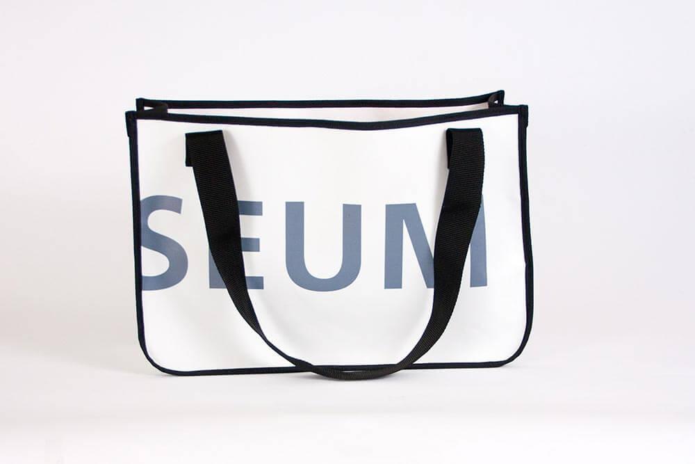 Wiederverwertung eines PVC-Banners des Techonseum Mannheims zur Recycling Einkaufstasche