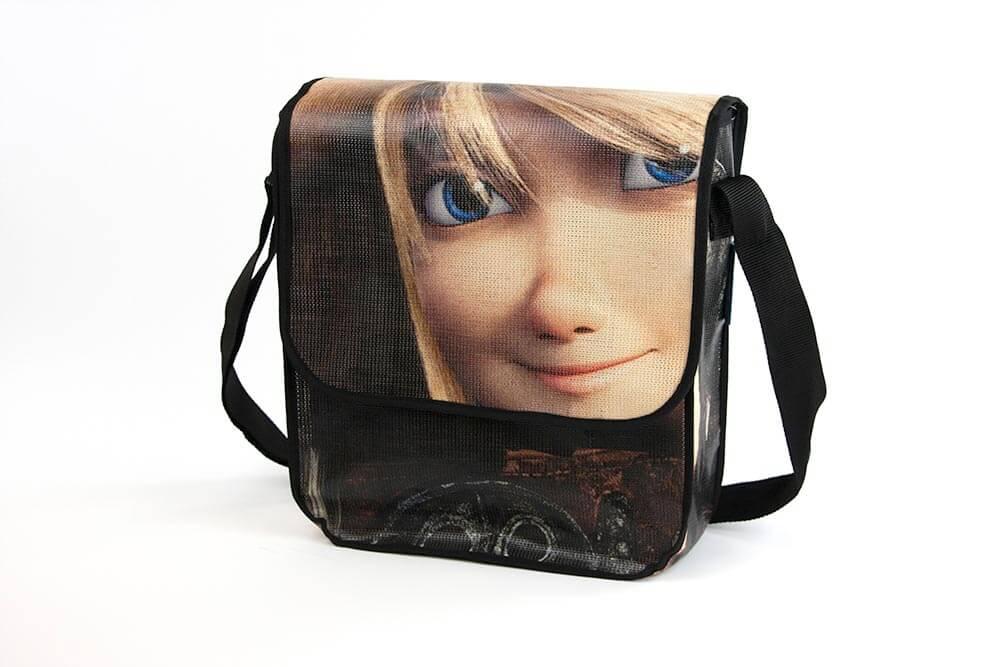 Diese Tasche ist aus einem Kinobanner recycelt worden