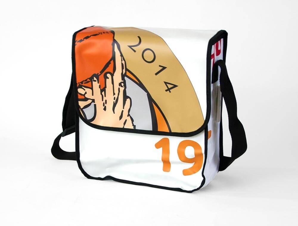 Eine Upcycling Tasche die aus dem Werbebanner des AST