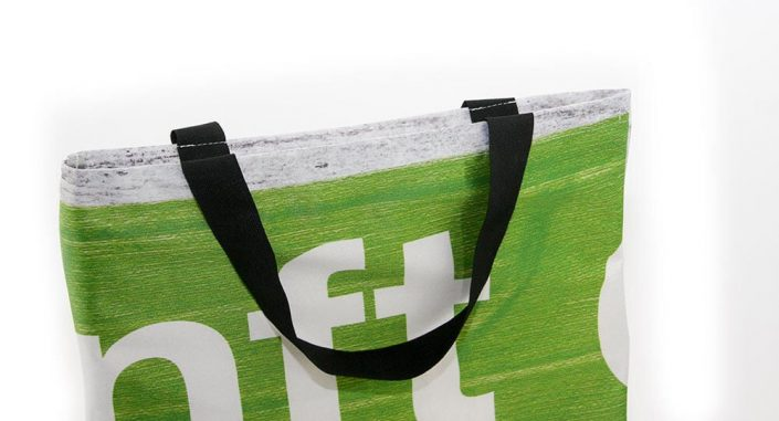 Eine Recycling Tasche aus weichen Material wie z.B. Fahnen