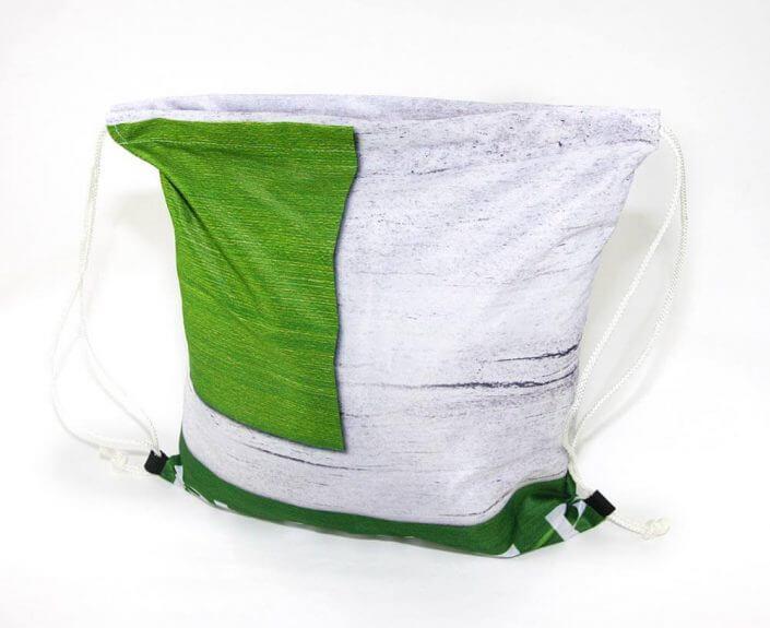 Ein Webe-Transparent wird zum Turnbeutel als Recycling Tasche wiederverwertet.