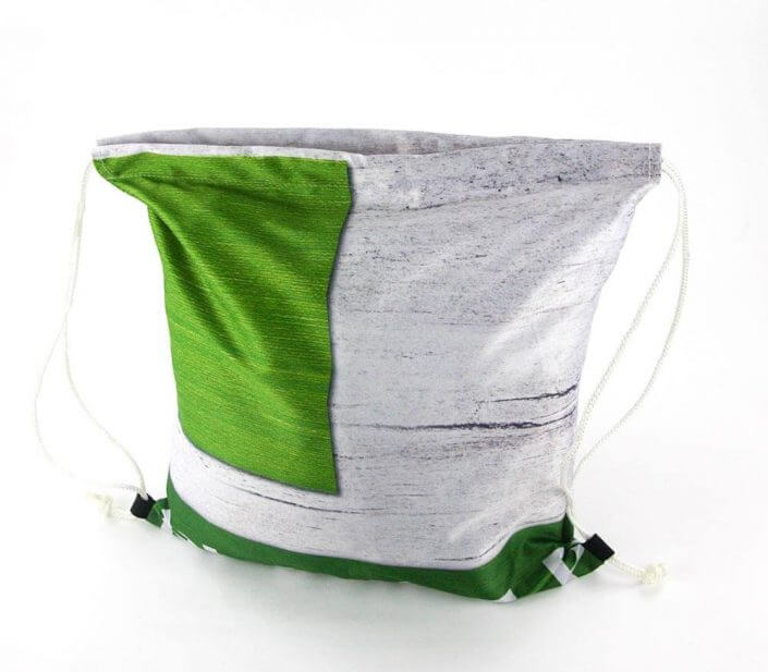 Ein Webebanner wird zum Turnbeutel als Recycling Tasche wiederverwertet.