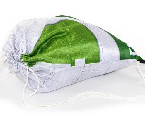 Recycling Tasche: Eine Messe-Banner eignet sich sehr gut für einen Turnbeutel
