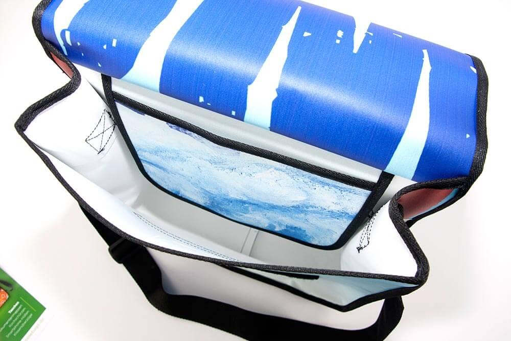 Eine Innentasche aus Banner hat undere Upcycling Tasche 1