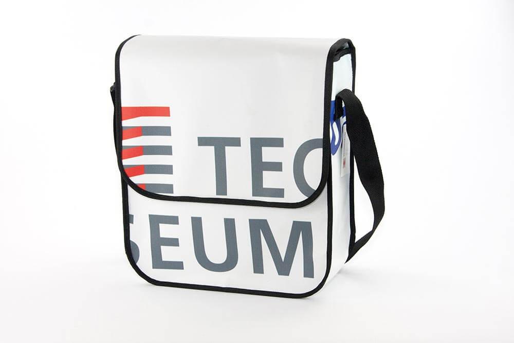 Auf dieser Recycling Tasche ist noch das Logo des Technoseums zu sehen