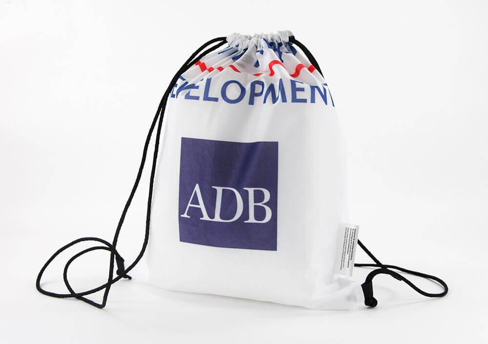 Eine Backdrop wird zum Turnbeutel als Recycling Tasche wiederverwertet.
