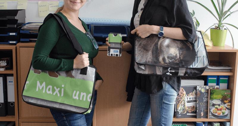 Das Team vom deutschen Tierschutzbüro und ihre Recycling-Taschen