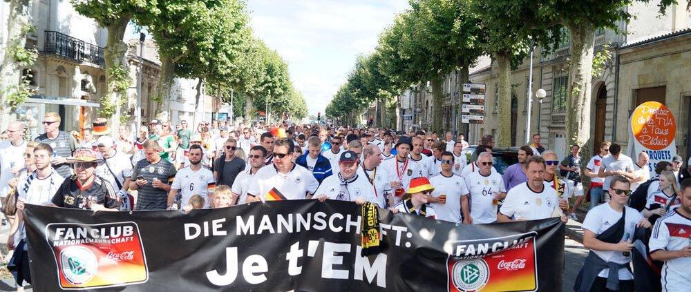 DFB - Der Fan Club Nationalmannschft trägt den Banner zum Stadium