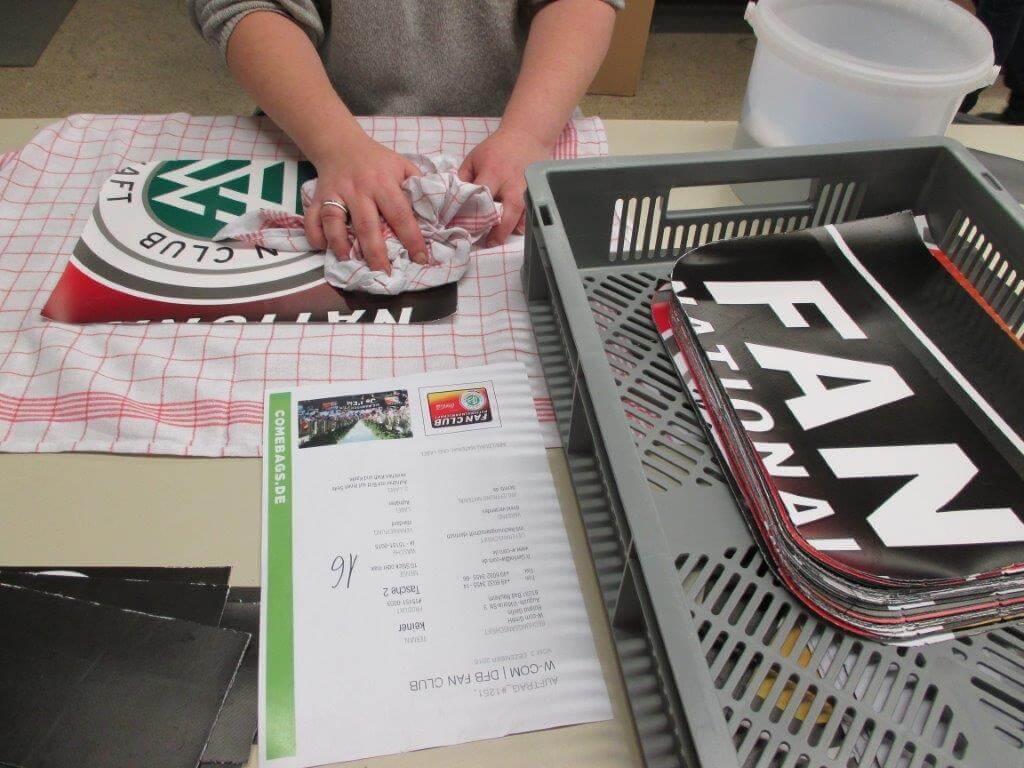 Reinigen der einzelen Teile für die Upcycling Tasche aus Werbe-Banner für den DFB - Der Fan Club Nationalmannschaft