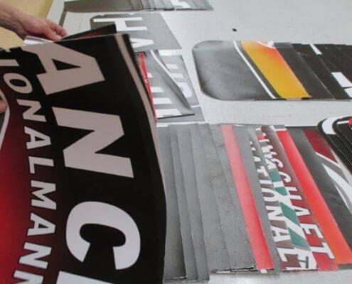 Sortieren der einzelen Teile für die Recycling Tasche aus Banner für den DFB - Der Fan Club Nationalmannschaft