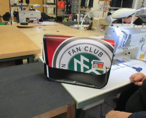 Aus dem Banner des DFB - Der Fan Club Nationalmannschafts werden durch Upcycling tolle Taschen genäht