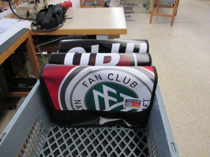 Die Upcycling Messager Bags, die aus dem Banner des DFB - Der Fan Club Nationalmannschafts wiederverwertet wurden