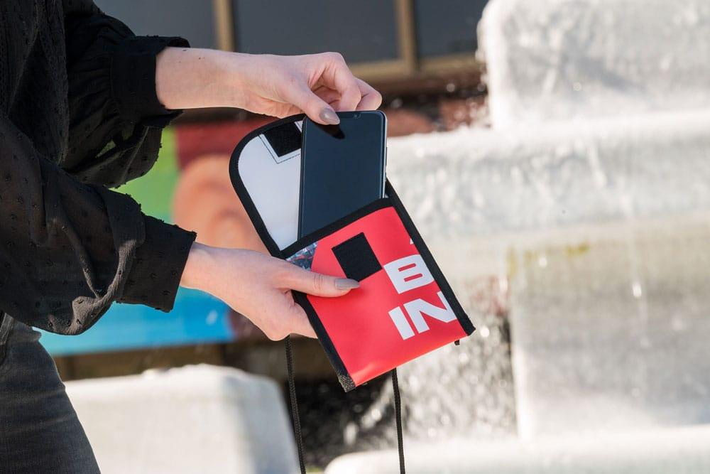 Heinz Nixdorf MuseumsForum - Recycling Brustbeutel für Samartphone